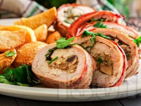 Пиле увито в бекон с плънка от гъби, магданоз и моцарела - снимка на рецептата